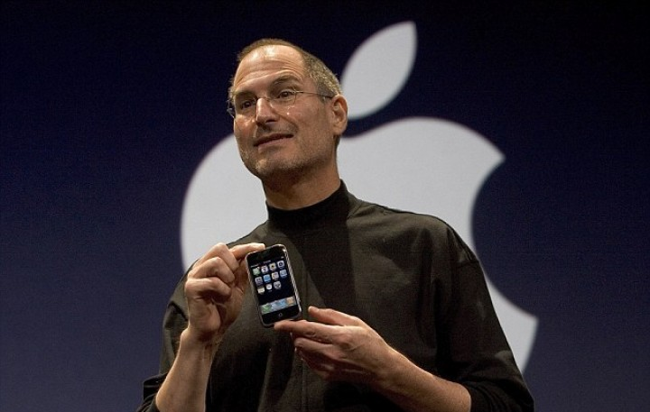 315a9f5b00000578-3711641-jobs_holds_up_the_new_iphone_that_was_introduced_at_macworld_on_-a-2_1469657085046 (1).jpg
