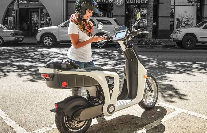 mahindra-genze-2.0-electric-scooter-mobile-charging.jpg