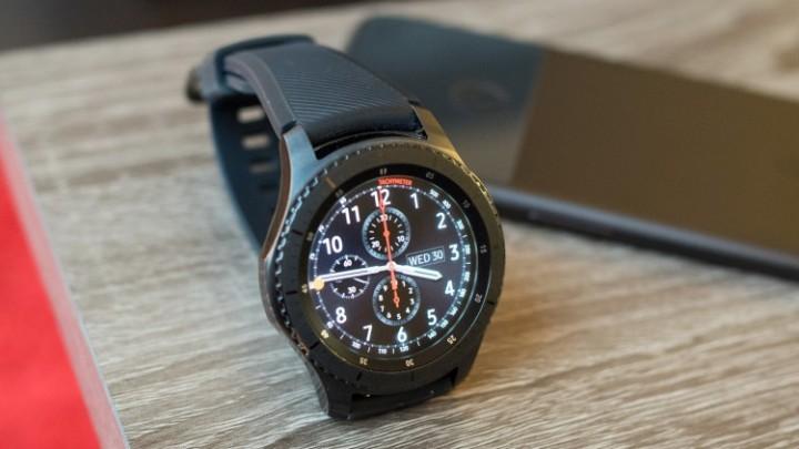 0bcc240a Пока мало что известно о предполагаемом Gear S4, кроме номера модели  SM-R800. Среди спецификаций самый большой интерес вызывают возможности  подключения: он ...