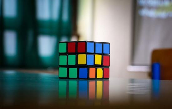 Искусственный интеллект собирает кубик Рубика менее чем за 1 секунду
